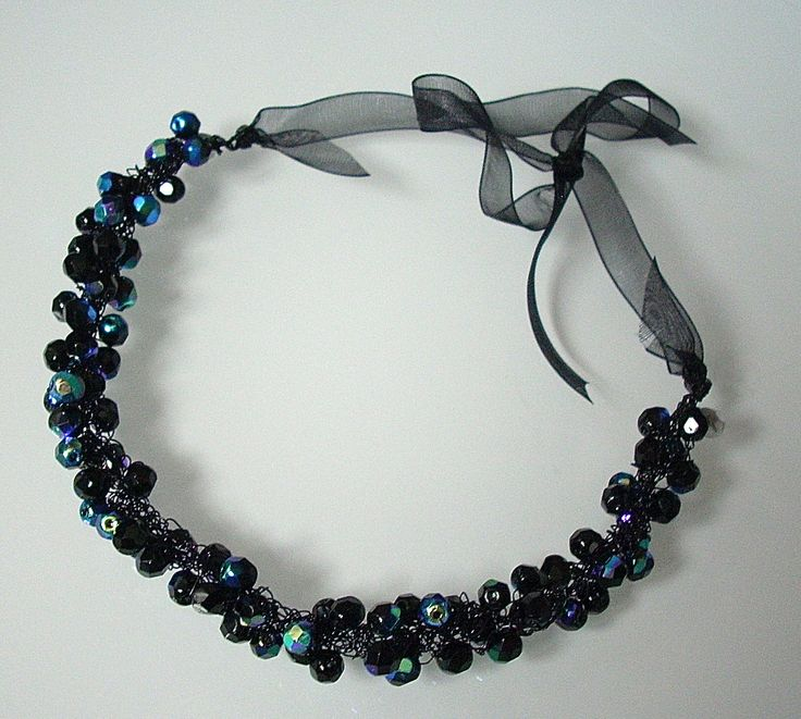BLACK METAL - Necklace in filo metallico nero con mezzi cristalli neri con riflessi metal. Chiusura con nastro in organza.