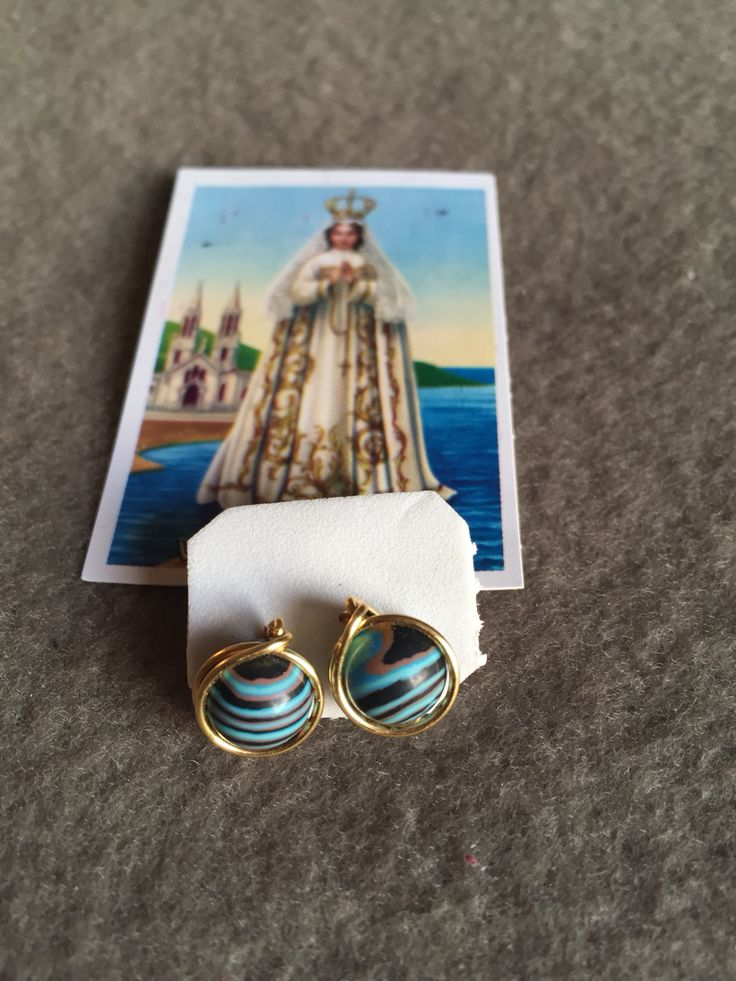 Aros de piedra azul y turquesa con hilo de oro lamido.  Hecho por artesanos de la Isla de Margarita - Venezuela  Disponible para la venta