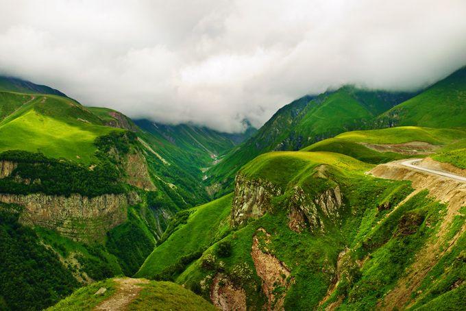 Горное ущелье в районе Гудаури, Грузия