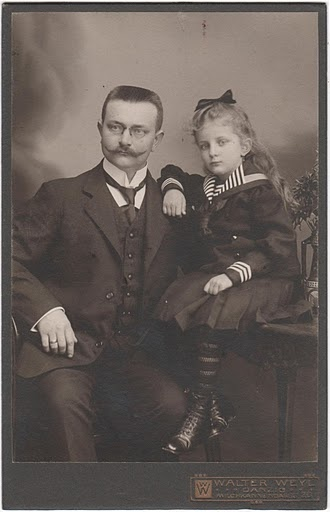 FREE vintage photo from Alexadra Eitel's Gallery from Picasa web albums. There are 44 freebie photos. These would be great to put in frames and make spooky! Check out the paranormal portrait project below for instructions.