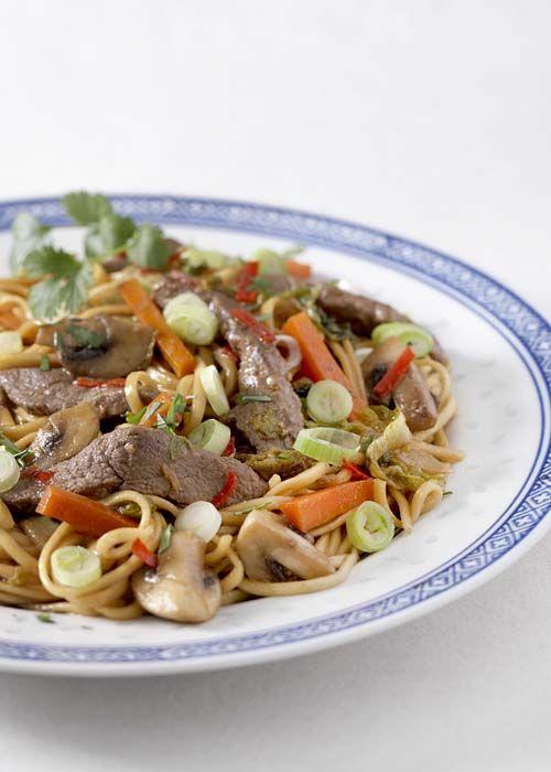 Pittige wok van eendenfilet met noedels en Romeinse slaharten