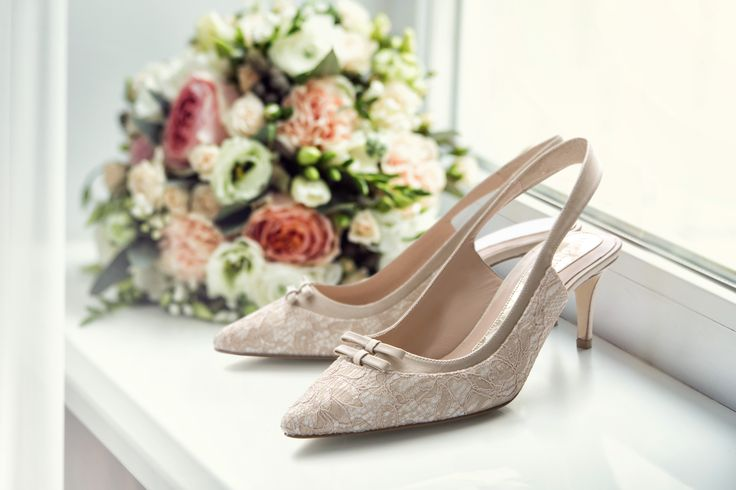 #Magrit La elegancia se vuelve comodidad en ese momento tan especial. ALESSANDRA:Kitten heel destalonado en punta fina, fabricado en un delicado Pizzo beige sobre raso blanco. ----------------------------------------------- #Magrit Elegance becomes comfort in that special moment ALESSANDRA :Open back kitten heel and fine point, finished with delicate beige pizzo on white satin. LINK WEB: http://www.magrit.es/es-ES/alessandra-nude-577