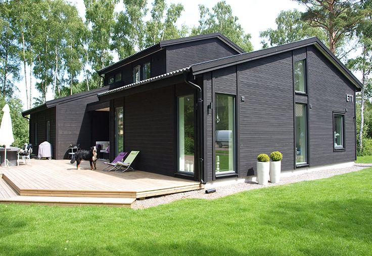 Den här lummigt belägna villan i Ljunghusen har aluminiumbeklädda fönster och fönsterdörrar med mörkgrå kulör och vitmålad insida. Den rundade profile...