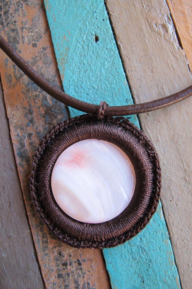 PRECIO: 12€. Gargantilla de cuero y ganchillo. Piedra nácar anaranjado. Color de hilo a elegir, entre marrón, negro o grís. Hecha a mano.