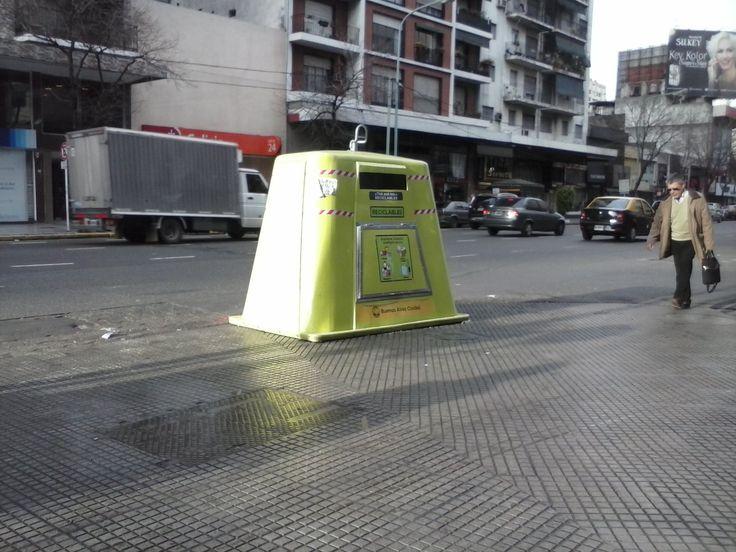 Actual contenedor para residuos reciclables del Gobierno de la Ciudad Autónoma de Buenos Aires. Posee un superficie un poco menor a la de un Smart. Av. Rivadavia y Colpayo - CABA - Argentina