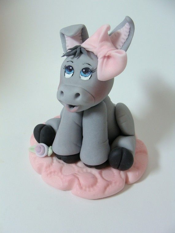 I can't get over how cute this fondant donkey is! And I love her bow :)