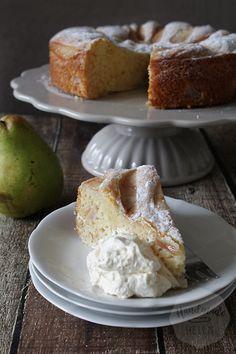 Bakken met peer heb ik het afgelopen jaar al vaker gedaan, maar de mascarpone peren cake wil ik jullie niet onthouden! Wat lichter dan de amandel peren cake die ik vlak voor de zomer al deelde, maar m
