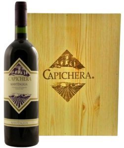 Cassa Legno con 6bt. Mantènghja In Purezza Isola dei Nuraghi 2007 Capichera. Vino con colore rosso rubino cupo con riflessi violacei intensi.