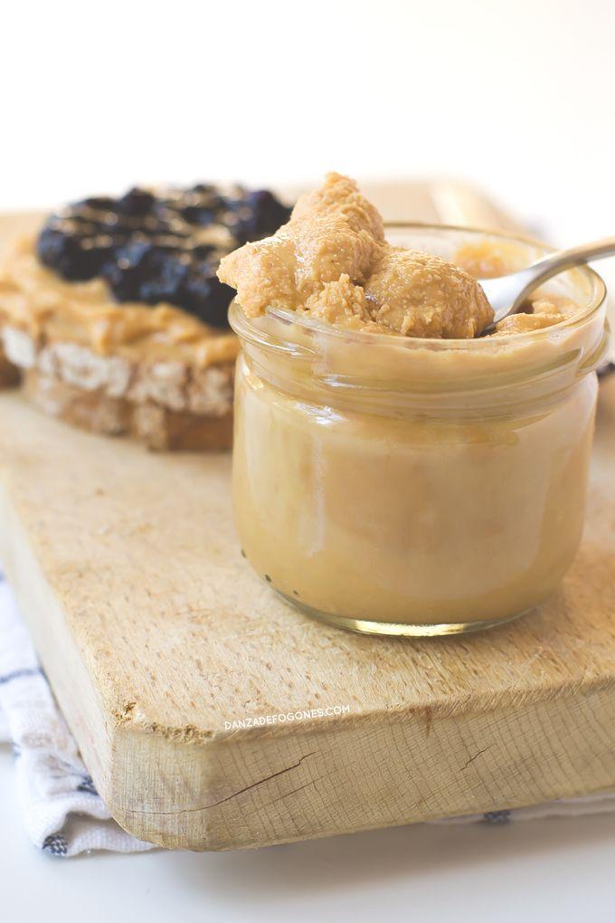 Mantequilla de cacahuete o de maní casera. Solo necesitas cacahuetes, una batidora y 2 minutos para hacerla. Está deliciosa y es más sana que las envasadas.