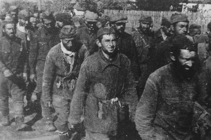 Фото: Военнослужащие РККА еврейского происхождения, попавшие в немецкий плен, в районе Кривого Рога