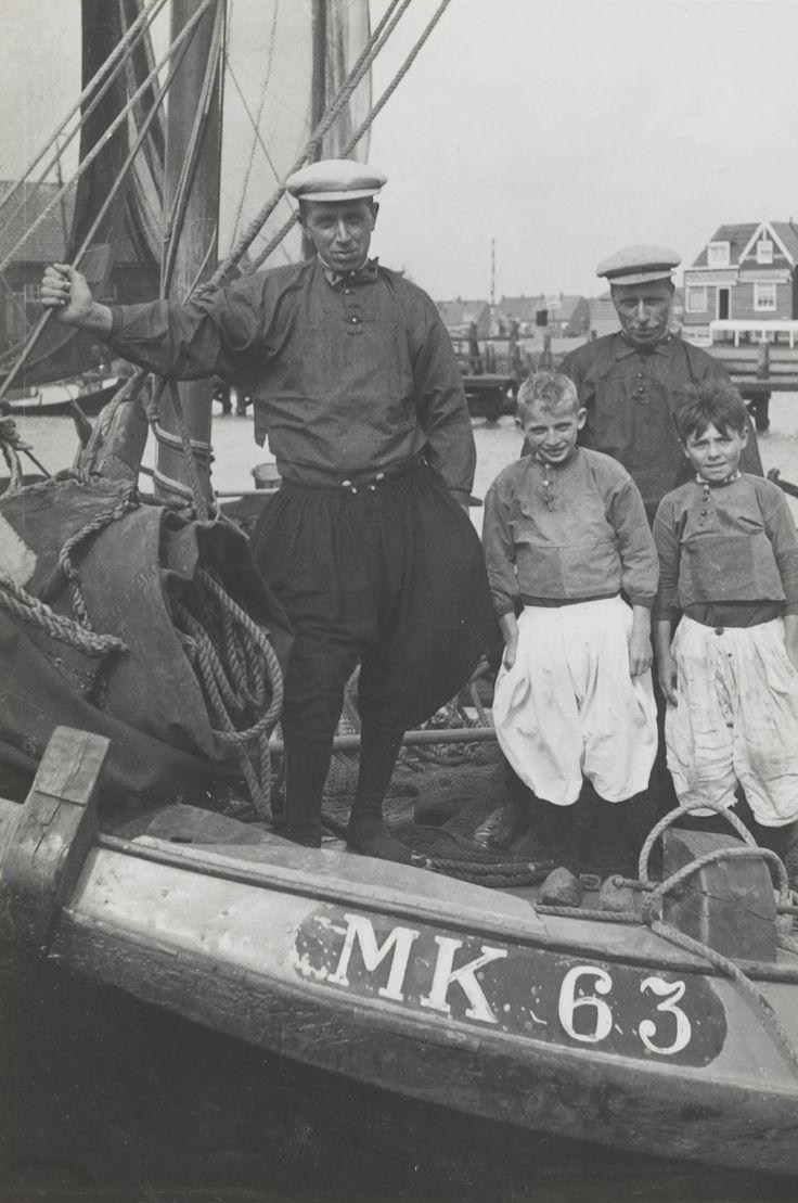De bemanning van de MK 63 (botter) in vissersdracht Marken. 1943 #NoordHolland #Marken Nu het schip van Peter Dorlijn