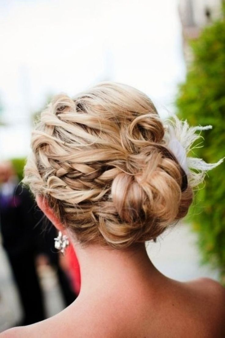 coiffure mariage chic: chignon tressé et bouclé avec accessoire