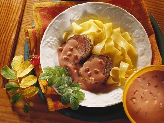 Hirschfilet mit Nusshaube, Hagebuttensoße und Nudeln ist ein Rezept mit frischen Zutaten aus der Kategorie Hirsch. Probieren Sie dieses und weitere Rezepte von EAT SMARTER!