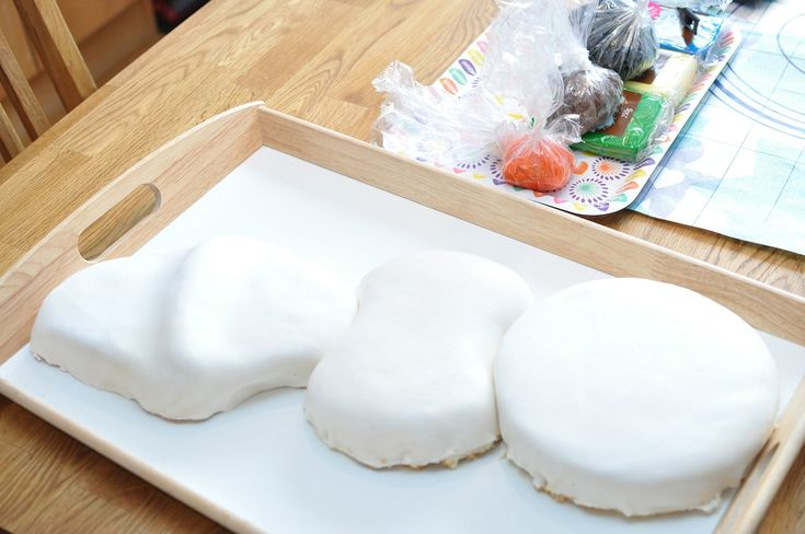 Till Leahs födelsedag så gjorde jag en Olof-tårta (instruktioner och recept på den kommer snart) och då klädde jag den i marshmallow fondant. Leah älskar marshmallows och det är många som inte gillar smaken av sockerpasta (vilket jag tidigare har använt på mina tårtor). Jag förberedde och gjorde marshmallow fondanten några dagar i förväg. Jag […]