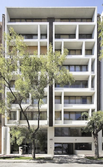 El edificio, como producto comercial, se plantea como una respuesta a un requerimiento detectado en la zona conocida Barrio Universitario do...