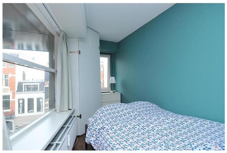 De woonkamer is gezellig knus met in het verlengde een eigen slaapgedeelte. Het uitzicht over de Molenstraat is prachtig, echter de privacy is gegarandeerd.