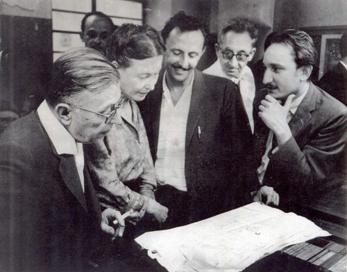 SImone de Beauvoir and Jean-Paul Sartre. La Habana, Cuba, 1960.[I don't know who are the other people and who is the photographer. :(But it seems to me someone in the picture is not paying attention to whatever that sheet contains, so mesmerised he is by Beauvoir, but I might be projeting lol]