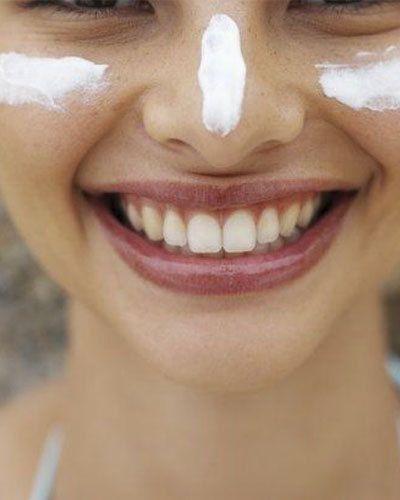 10. Draag dagelijks zonnebrandcrème We hebben de beste make-up tricks met jou gedeeld, maar één ding is heel belangrijk wanneer jij er jonger wil uit zien: je huid beschermen tegen de zon. Breng dus altijd voordat je make-up aanbrengt een beetje zonnebrandcrème aan!