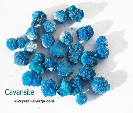 La cavansite est un magnifique minéral très rare en forme de petites boules dont les cristaux sont d'un bleu brillant  C'est une excellente pierre qui active le chakra du 3e oeil, elle assure une protection contre les mauvaises énergies en méditation  ainsi que dans tous travaux psychiques, medium, clairvoyance...