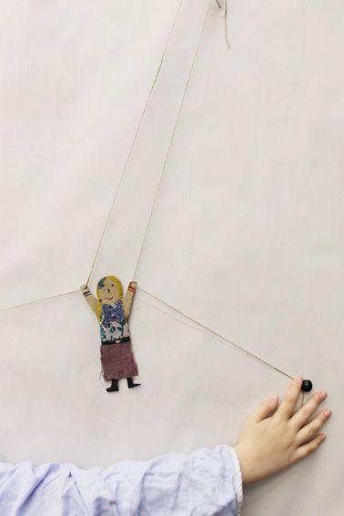Maak een klim omhoog poppetje. Bij de uiteinde van het touwtje zou je ook een wolk kunnen plakken.