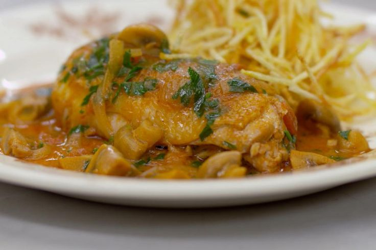 Er staat kip op het menu. Enkele smakelijke kippenbouten verdwijnen in de stoofpot met veel witte champignons en een saus met tomaat en verse dragon. Jeroen serveert het kipgerecht met fijne frietjes.