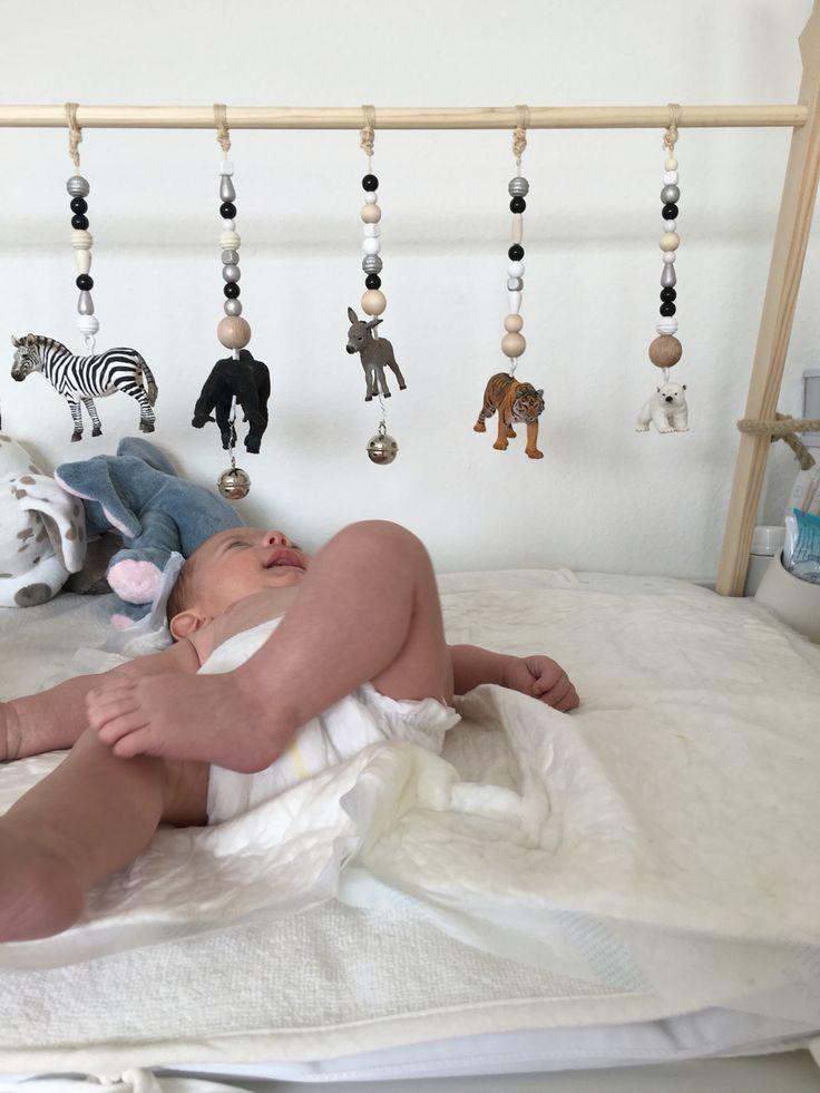 Dit is een babygym waar een kleinere baby mee kan spelen er hangen leuke voorwerpen aan zo als belletjes voor het gehoor te stimuleren en ook leuke figuren voor de tast , er hangen ook diertjes aan die kan je al eens benoemen. Je kan er natuurlijk ook ander leuk en veilig matriaal aan hangen.