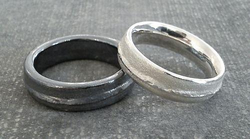 "schwarze Eheringe in Silber    ""Schwarz-Weiss…Gegensätze zieht man sich an"" Silberringpaar."