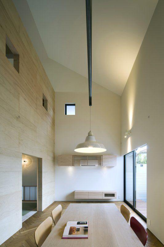 敷地の周辺は住宅などに囲まれています。また、十分な広さの庭や、隣地からの距離の確保が難しい条件でした。その為、窓はプライバシーを確保し、光と風を取り込む事が出来るよう配置しています。 外形は、切妻のシンプルな形状です。内部はワンルーム空間です。其処に、コアとなるボックスを2 つ、配置しています。コアの中には、キッチン、浴室、洗面、寝室、子供部屋などがあります。そのコアの隙間にリビングと階段を配置し、変化のある空間を創り出しています。 data ・所在地:兵庫県姫路市 ・用途:住宅 ・設計、監理期間:2013年10月~2014年8月 ・規模、構造: ①延べ面積:103.53㎡ ②木造2階建て ・担当:川添純一郎建築設計事務所 植村 卓也 ・構造設計:ルート構造設計事務所 ・設備設計:サンキエンジニアリングサービス㈱ ・施工:㈱ハウスインフォ