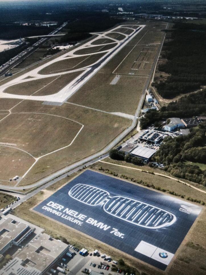 Werbung so groß wie 4 Fußballfelder: Der neue 7er BMW, auf der #IAA präsentiert, wirbt am Flughafen Frankfurt.