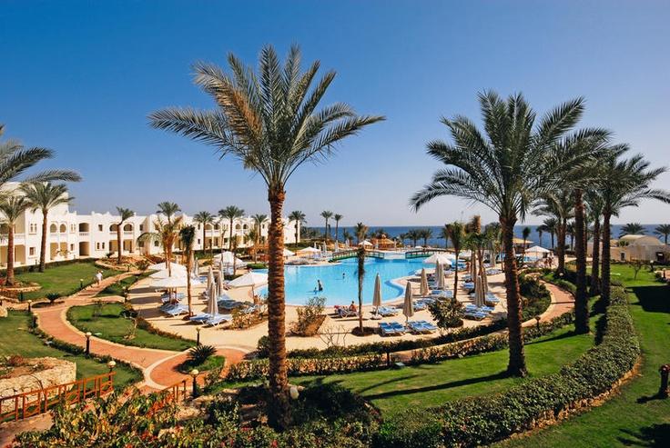 Het 5-sterren hotel Sunrise Select Diamond Beach beschikt over tal van faciliteiten voor jong en oud, zoals winkeltjes, een 'Roof Bar' met een prachtig uitzicht over de baai en een groene tuin met ruime zwembaden.    Voor het diner heeft u de ruime keuze uit 2 buffetrestaurants en 2 specialiteiten restaurants.     De kinderen kunnen zich vermaken in het aparte kinderbad, de speeltuin of bij de gezellige miniclub. Tijdens de zomermaanden biedt  zij een speciale Kids Xperience aan!