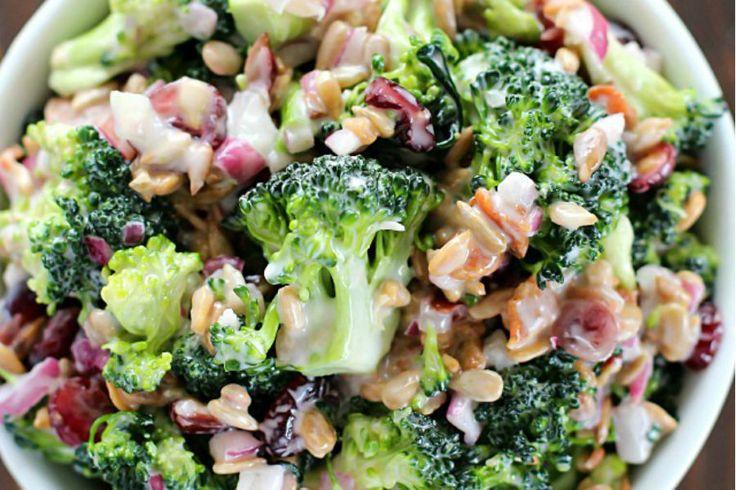Esta ensalada de brócoli con tocinetas, es ideal para acompañar carne a la parrilla o un pollo a la plancha. Toma nota y prepara esta deliciosa ensalada: