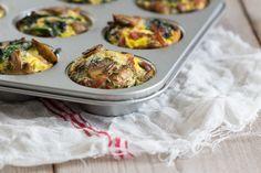 Spinazie Muffins- Ei-muffins. Een van de meest geweldige makkelijke ontbijt-lunch-avondeten gerechten. Eigenlijk een omelet in handige miniporties. Je kunt er eindeloos mee variëren, makkelijk 12 of meer muffins tegelijk bakken, invriezen en op elk gewenst moment heb je een gezonde maaltijd of snack bij de hand! Wat wil een mens nog meer!