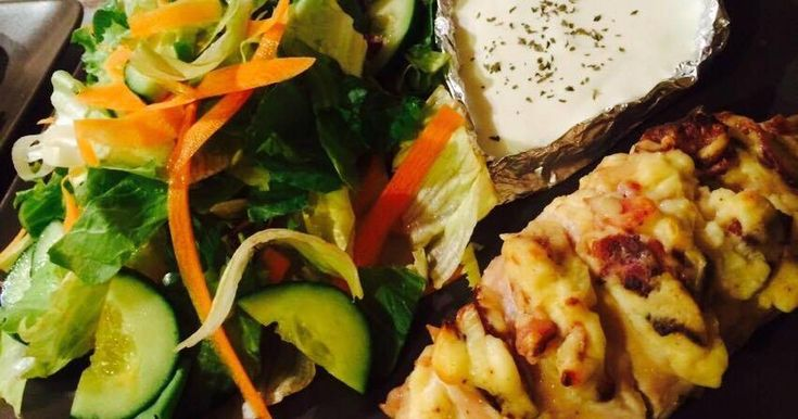 Mennyei Irdalt, töltött csirkemell, friss saláta körettel, mártással recept! Egyszerű elkészíteni, mégis mennyei a végeredmény!