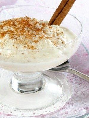 El arroz con leche es un postre típico mexicano. Se sirve con pasitas y un poco de canela en polvo. Es super rápido de preparar y a todos les encanta.