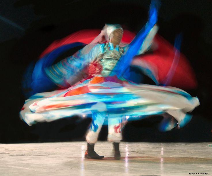 """A dança tradicional egípcia conhecida como 'dança do giro', a Sufi-Tanoura. O traje tradicional do praticante Sufi é roupa de lã preta (daí o nome sufi) que são usadas sobre o branco """"galabiyas"""". Em sua prática de giro, Sufis giram em círculos até que chegam a um estado de felicidade e serenidade que eles simbolizam, removendo seus mantos negros e continuam a girar em suas galabiyas brancas.  Fotografia: Amr Soliman no Flickr."""