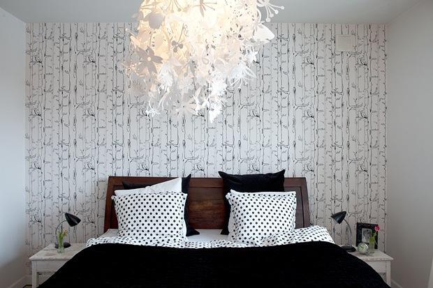 Foreldresoverommet er en vellykket stilblanding. En grafisk tapet, et klassisk sengeteppe, prikkete puter og en romantisk lampe gjør tilsammen rommet lunt og trivelig