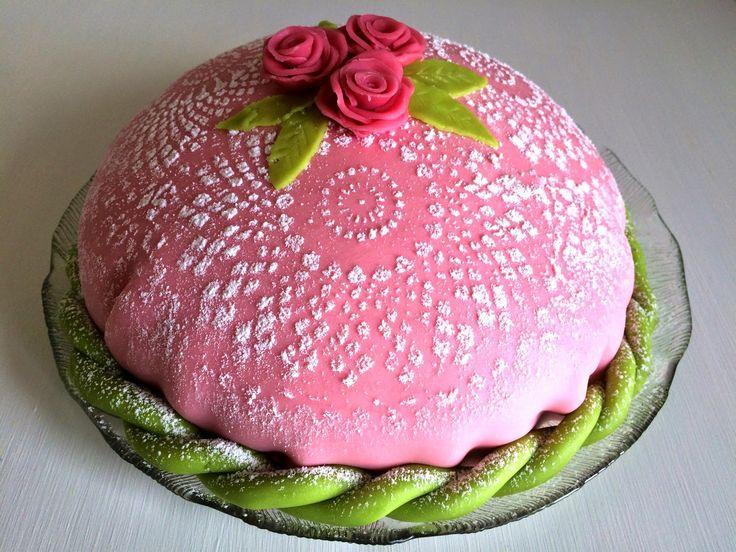 Prinsesstårta är min favorittårta och den tårta jag helst bakar när det är kalas. Med färska hallon och hemkokt vaniljkräm blir den extra g...