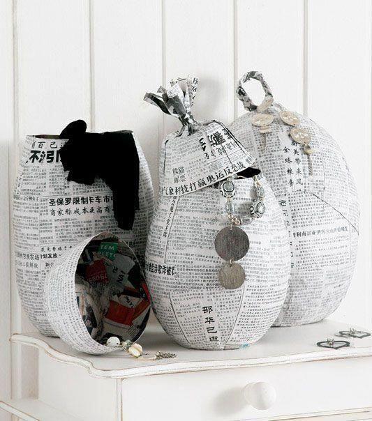Podemos fazer várias coisas com rolinhos de jornal: vasos, balaios, cachepôs, relógios, bandejas, cabeceira de camas, jogo americano, até ...