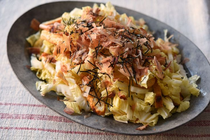 いちばん丁寧な和食レシピサイト、白ごはん.comの『白菜の和風サラダの作り方』を紹介しているレシピページです。冬の白菜は生食してもしっかり甘みが感じられ、和の薬味と相性がよく、シンプルで食べ飽きないサラダになってくれます。サラダに使うのにおすすめの部位もあるので参考にしてみてください。