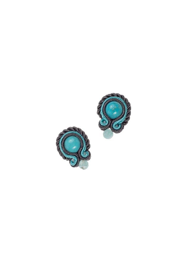 Basic Blue- Niewielkie kolczyki z turkusem w środku i fasetowaną kulką z kwarcu. Otoczone ciemnoszarym i turkusowym sznurkiem soutache oraz sznurkiem skręcanym. Biżuteria została wykończona z tyłu naturalną skórką i zaimpregnowana. Sztyfty srebrne.  Długość 2cm, w najszerszym miejscu 1,5cm.