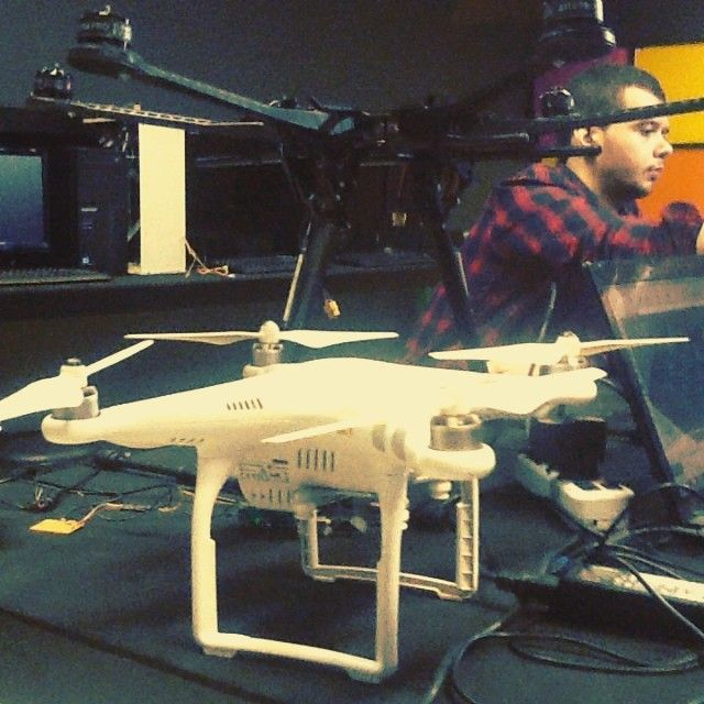 #DronedeGaragem na programação do #ArduinoDay na #CasadaCulturaDigital em Fortaleza/CE. Daqui a pouco exibição de drones na praia de Iracema. #free #citinova #fortaleza #ceará  #hackerspace #arduino #drones by ericdsbarbosa
