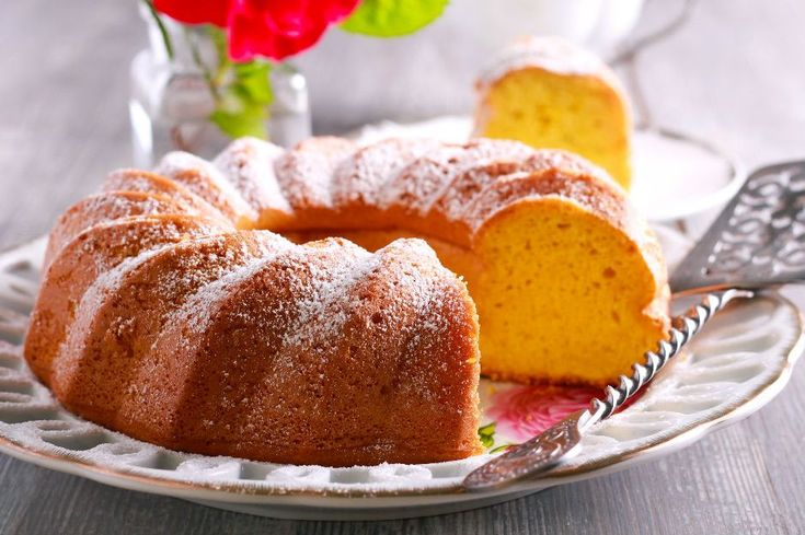Yumuşacık yoğurtlu kek tarifiyle herkesi kıskandıracak, hafif ıslak dokusu, mis kokusuyla yemelere doyamacaksınız. Afiyetler olsun.