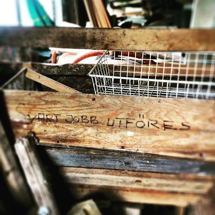 Humor. . . . #butikgul #gammaltosledet #polannet #bonnakafe #inredning #lantligt #loppis #loppisskåne #utflyktskåne #skåneloppis #retro #retrobutik #antik #återbruk #ekologiskt #återvinning #second hand #vinylskivor #mittskåne #hörby #kölleröd #loppisfynd #ekokafe #heminredning #inredningsdetaljer #homestyling #möbler #skönahem #vintage #skåne