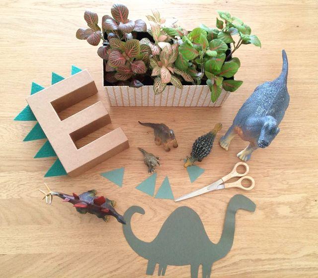 Detalhe inicial do nome festa dinossauros
