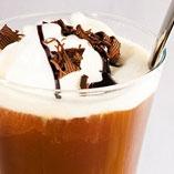 Suklainen kahvijuoma -   2 annosta     Ainekset    5 dl kuumaa kahvia  1 tl Dansukker Vaniljasokeria  2 palaa Dansukker Ruokopalasokeria  4 rkl valmista suklaakastiketta  2 palloa vaniljajäätelöä    Pinnalle  Suklaalastuja