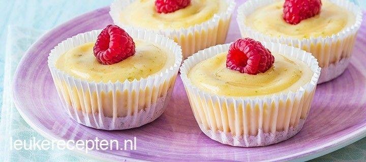 Kleine cheesecakjes met een frisse topping van lime curd en frambozen