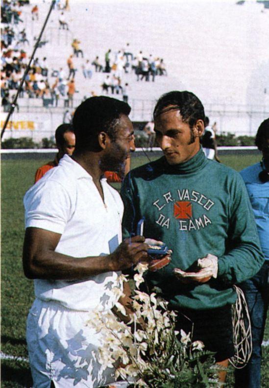 Pelé, Santos FC e Andrada, Goleiro do Vasco da Gama. Autor do Milésimo Gol e o Goleiro que tentou impedir o Milésimo Gol.