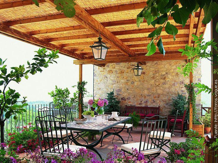 Si el espacio es amplio, como el de esta terraza, siempre es bueno construir una pérgola para tener un poco de sombra.