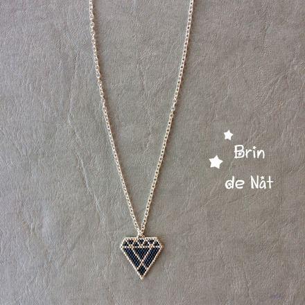 Pendentif en forme de diamant bleu et argenté tissées en perles miyuki (11/0), montée sur une chaine en métal argenté (laiton garantie sans nickel, sans cadmium et sans plomb) - 19040026