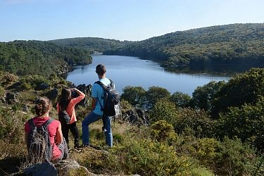 Michel Langle - Office de Tourisme de Pontivy Communauté  Tour du Lac de Guerlédan à pied